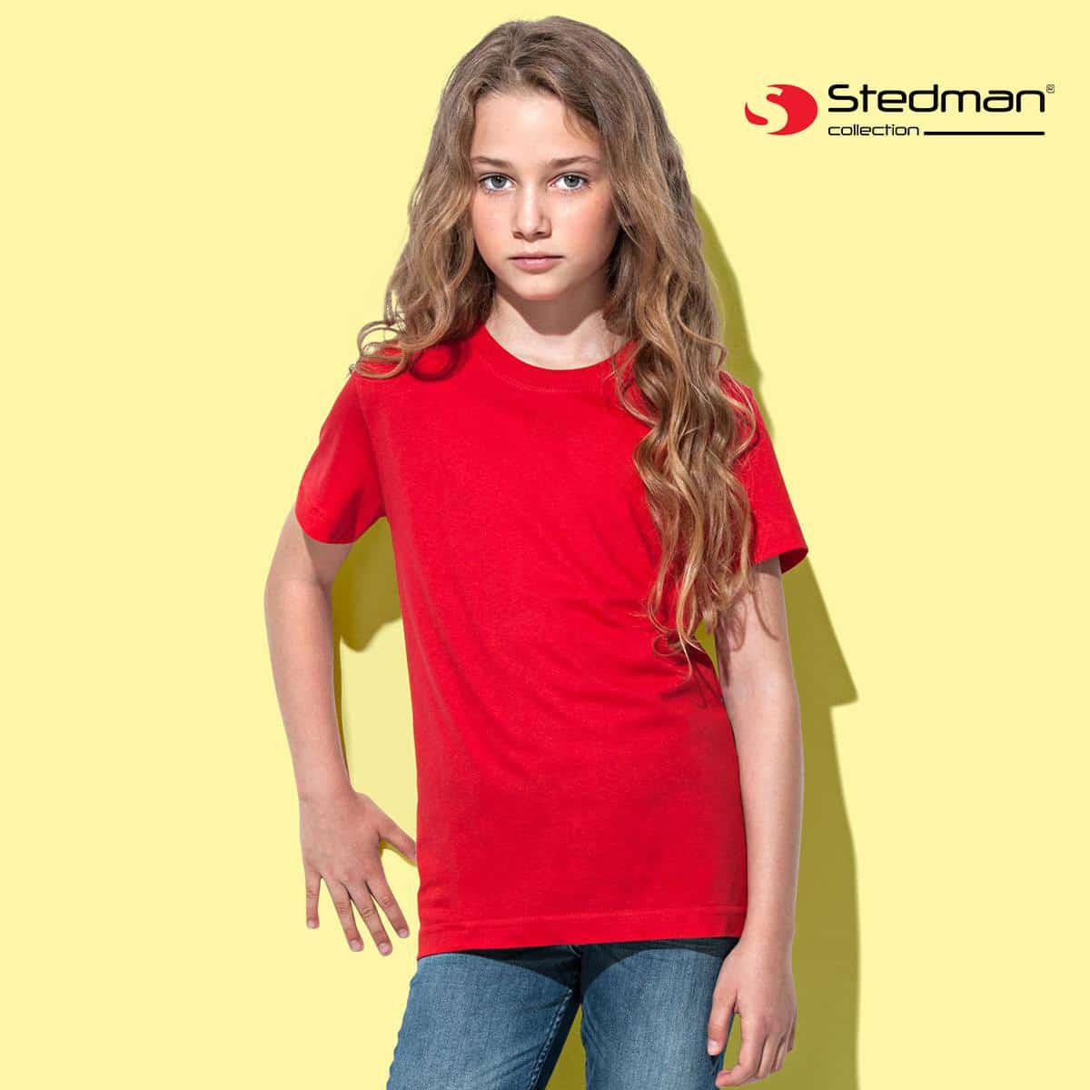 Bambina su sfondo giallo con tshirt rossa manica corta 100% cotone