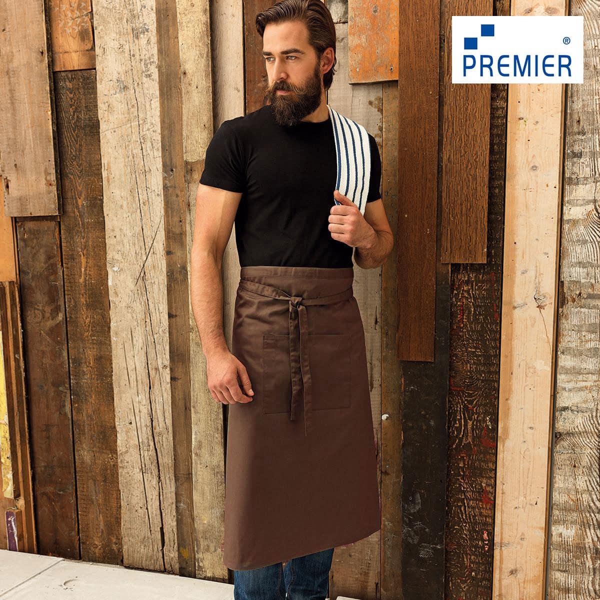 Uomo con grembiule lungo in stile bar con grande tasca frontale