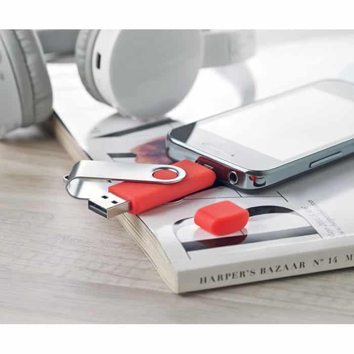 Chiavetta usb e micro usb arancione con chiusura protettiva in metallo collegata a uno smartphone