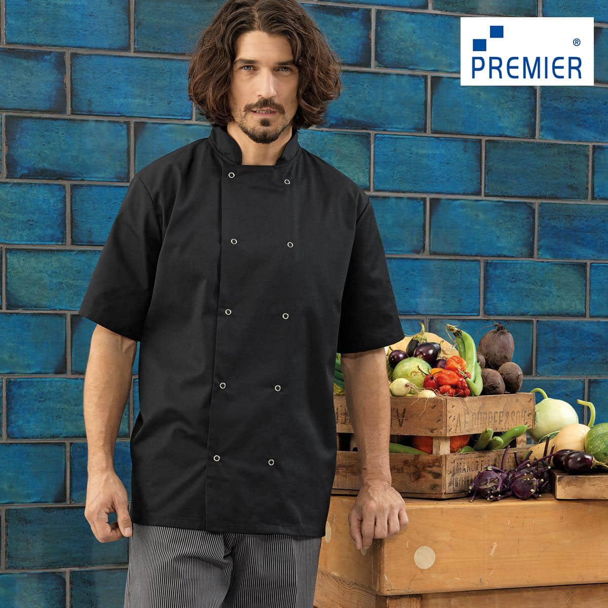 Cuoco con pantaloni a quadretti e casacca manica corta nera, con cassetta di verdura e piastrelle blu