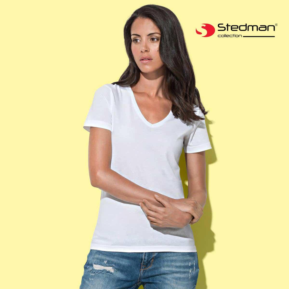 Donna con tshirt bianca manica corta con scollo profondo a V 100% cotone