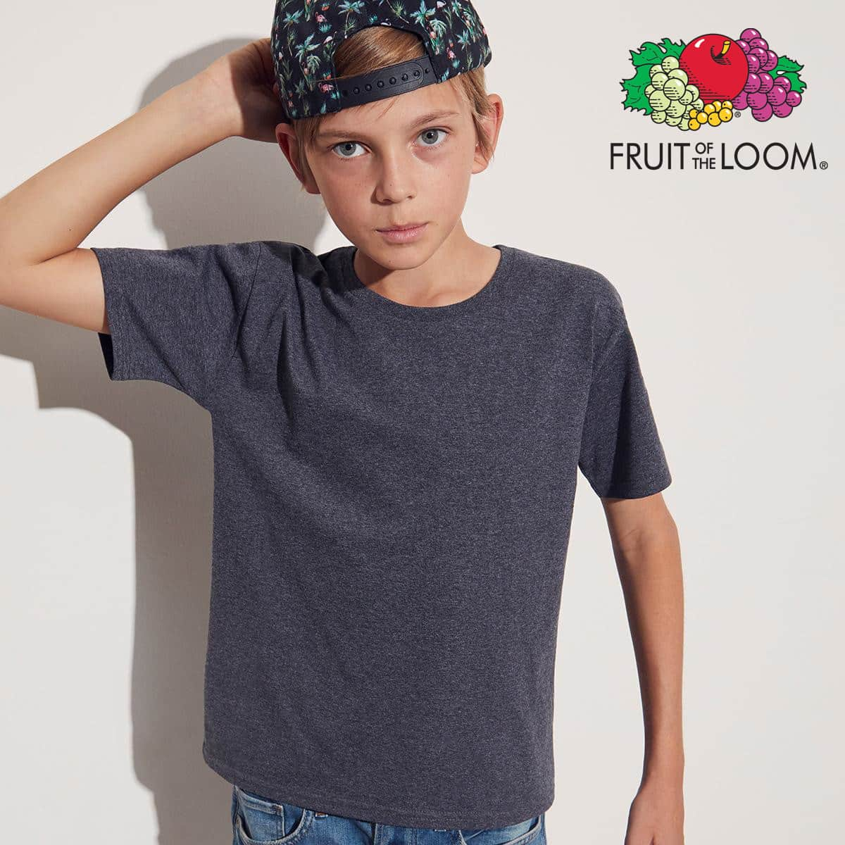 Bambino con tshirt blu e jeans, cappello a tema floreale indossato al rovescio