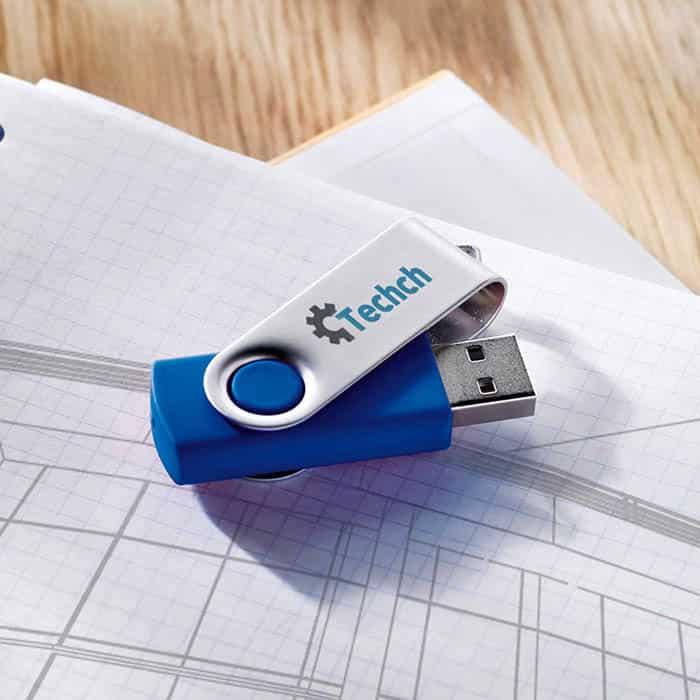 Chiavetta usb azzurra con chiusura protettiva in metallo sopra un tavolo