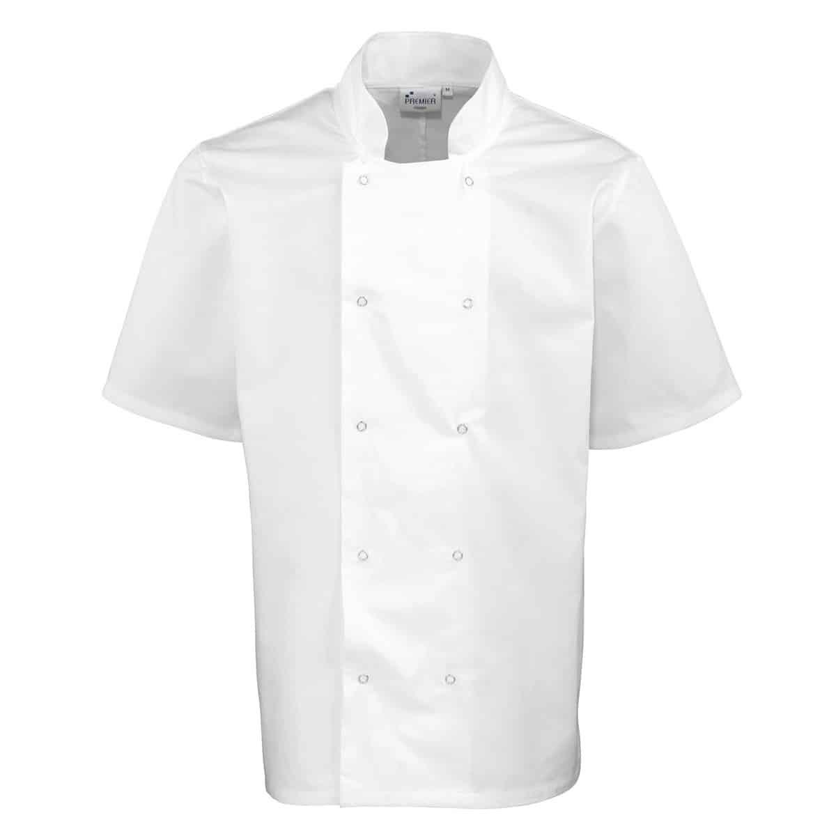 Giacca da cuoco bianca con collo alla coreana e maniche corte su sfondo bianco