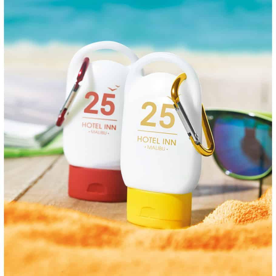 Due creme solari sulla spiaggia con logo