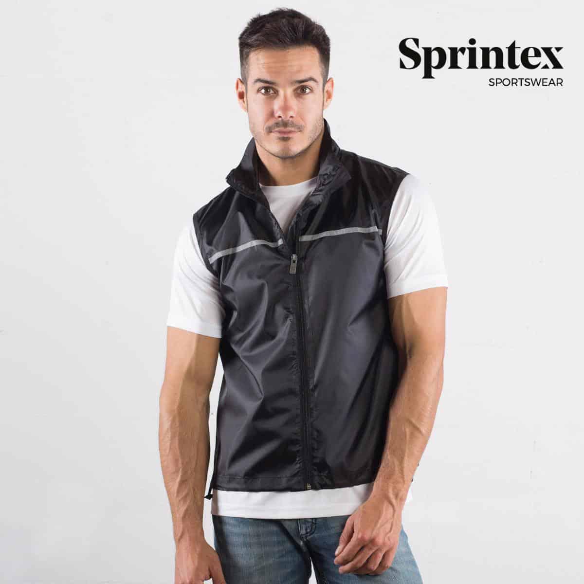 Uomo con gilet nero smanicato con catarinfrangenti davanti e dietro, zip e taschina interna 100% poliestere