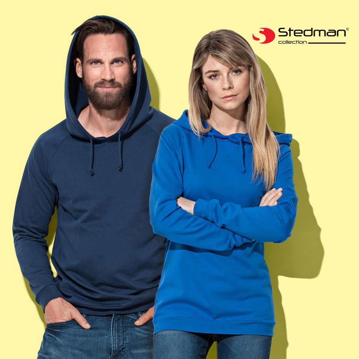 Uomo e donna con felpa blu e viola in cotone con cappuccio e cuciture laterali