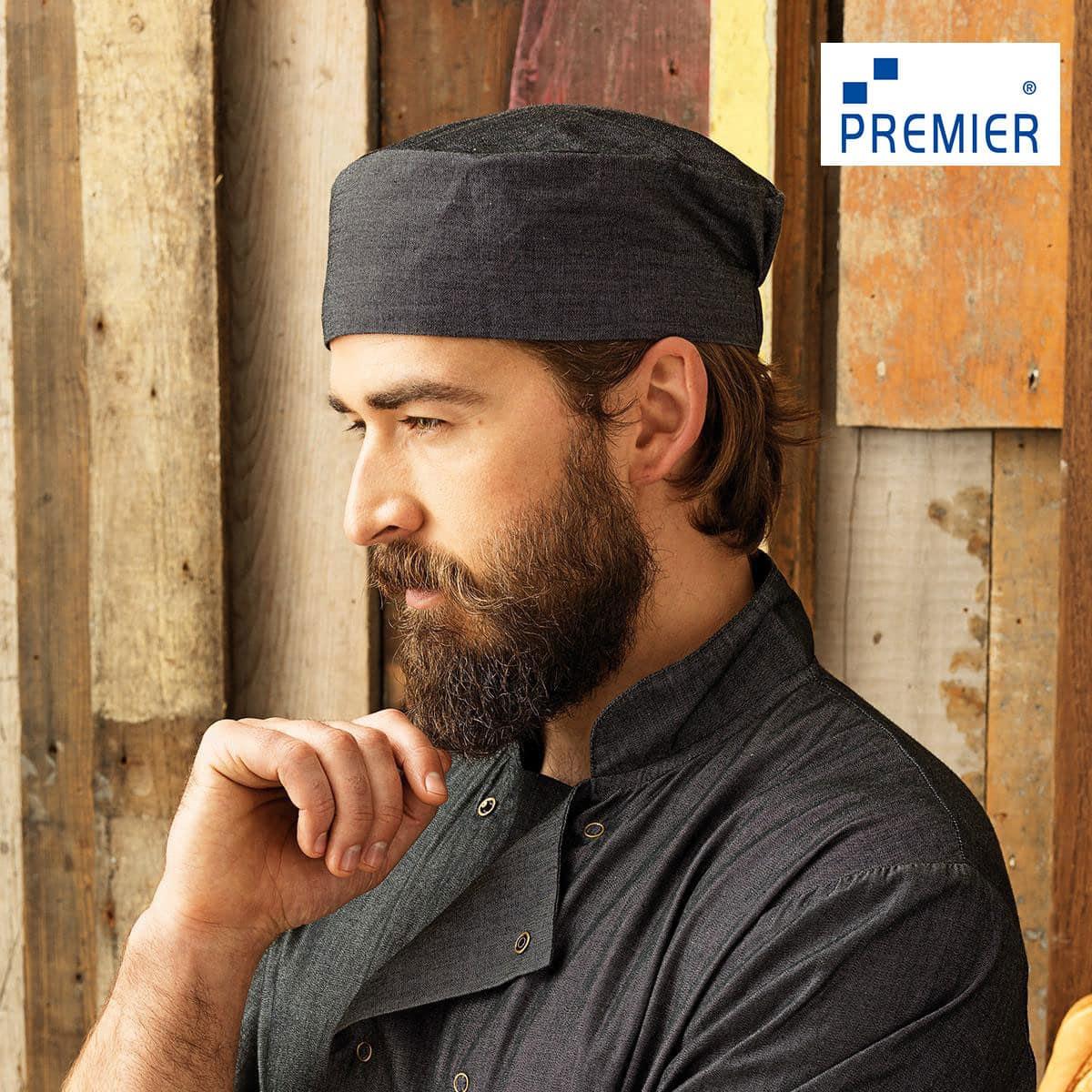 Uomo con cappello da cuoco grigio elasticizzato sul retro