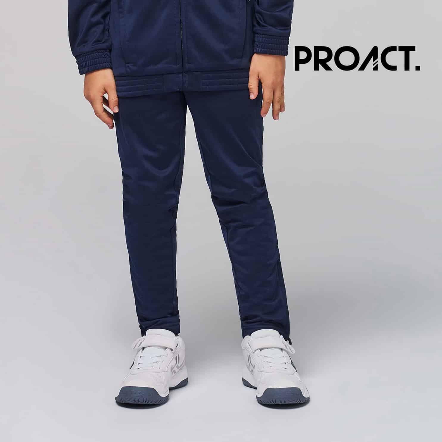 Bambino con pantaloni blu 100% poliestere con due tasche laterali con zip e girovita elastico