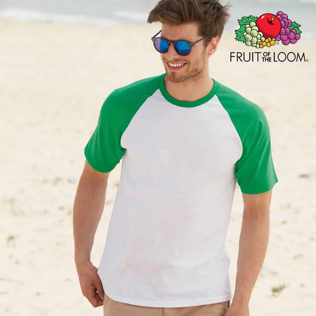 Ragazzo con tshirt in cotone maniche corte e girocollo di colore bianco e maniche verdi