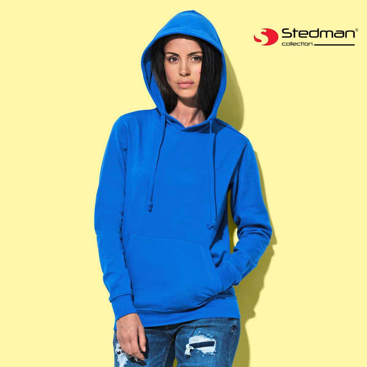 Donna con felpa blu in cotone con cappuccio, tascone e cordini