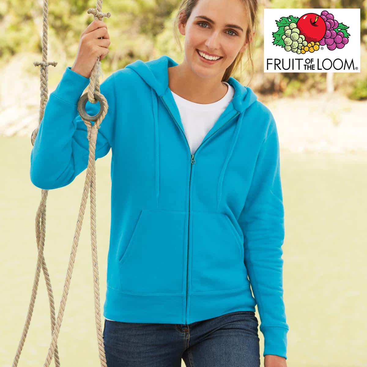 Donna con felpa azzurra con cappuccio, zip e tasche a marsupio