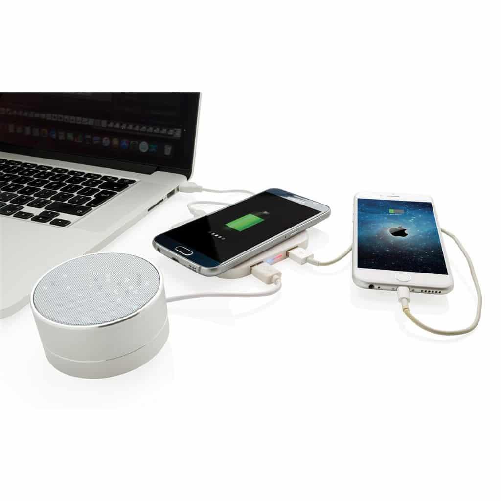 Caricatore wireless collegato a notebook, cassa, smartphone, con un altro smartphone in carica