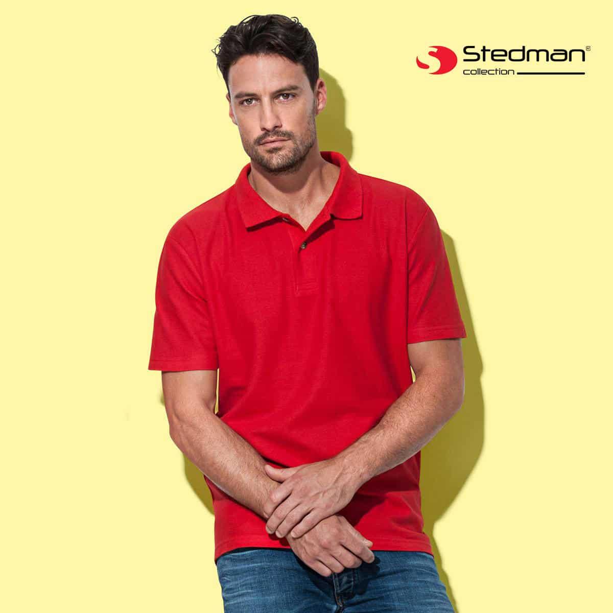Uomo con polo rosso manica corta con due bottoni 100% cotone
