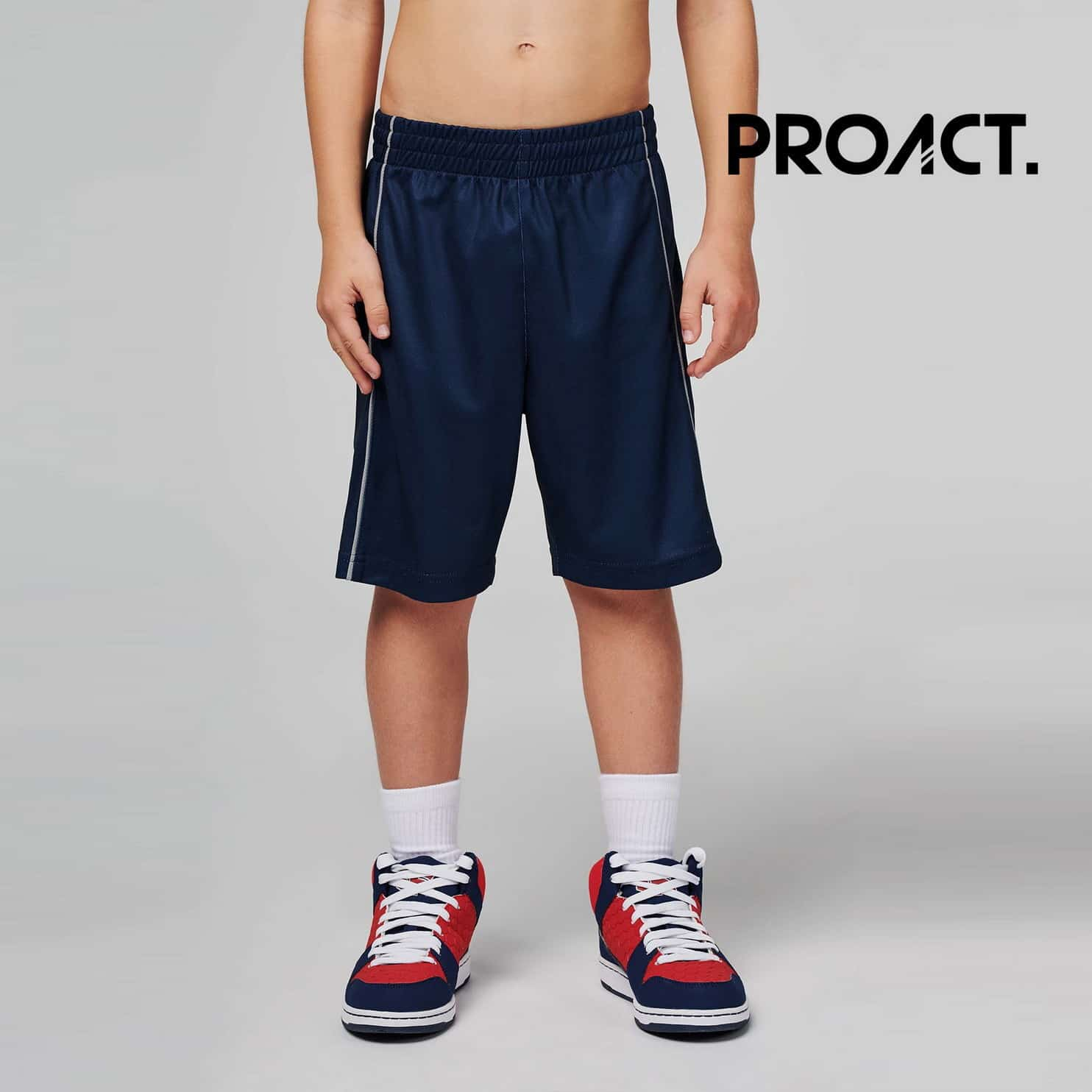 Bambino con pantaloncini da basket blu con tessuto ed asciugatura rapida