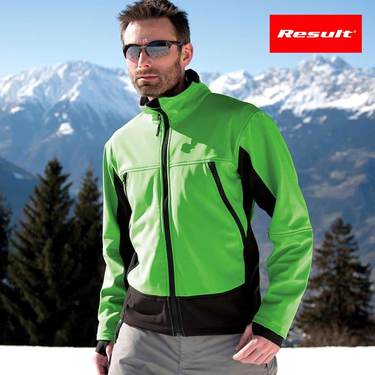 Ragazzo che indossa giacca impermeabile verde e nera con occhiali da sole