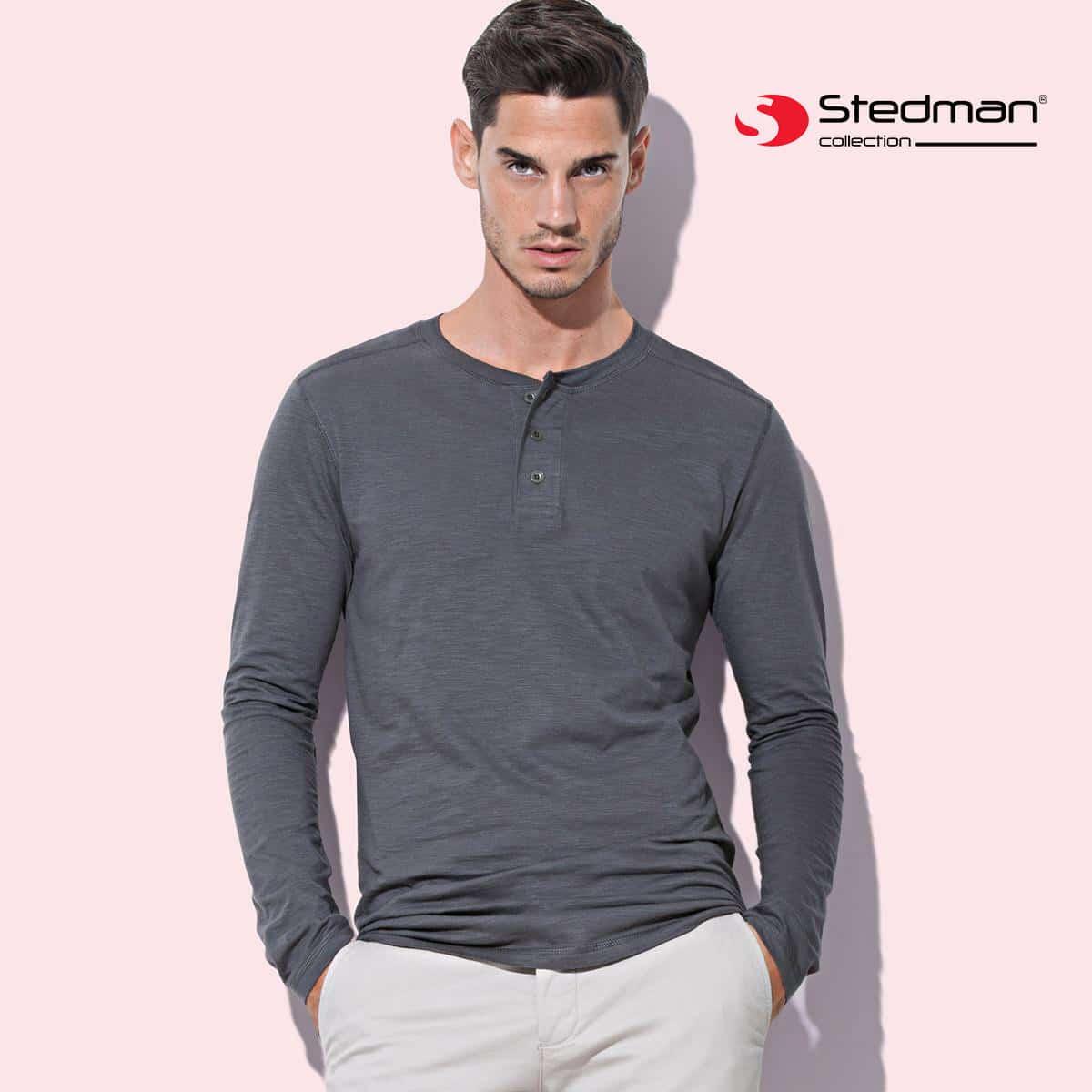 Ragazzo che indossa maglia uomo manica lunga grigia con bottoni