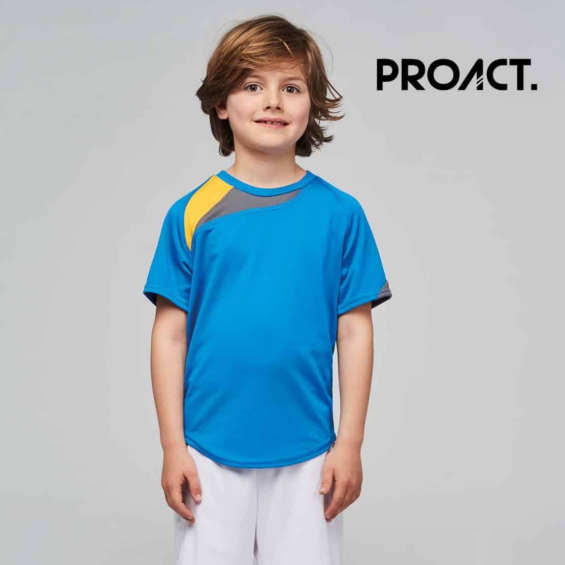 Bambino con maglietta da calcio azzurra 100% poliestere