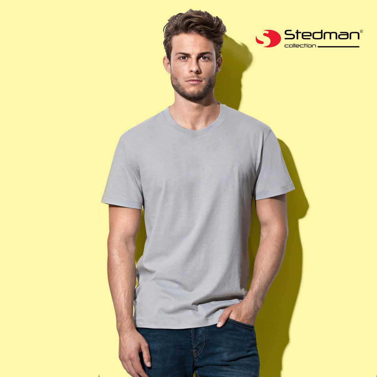 Uomo su sfondo giallo con tshirt grigia manica corta 100% cotone