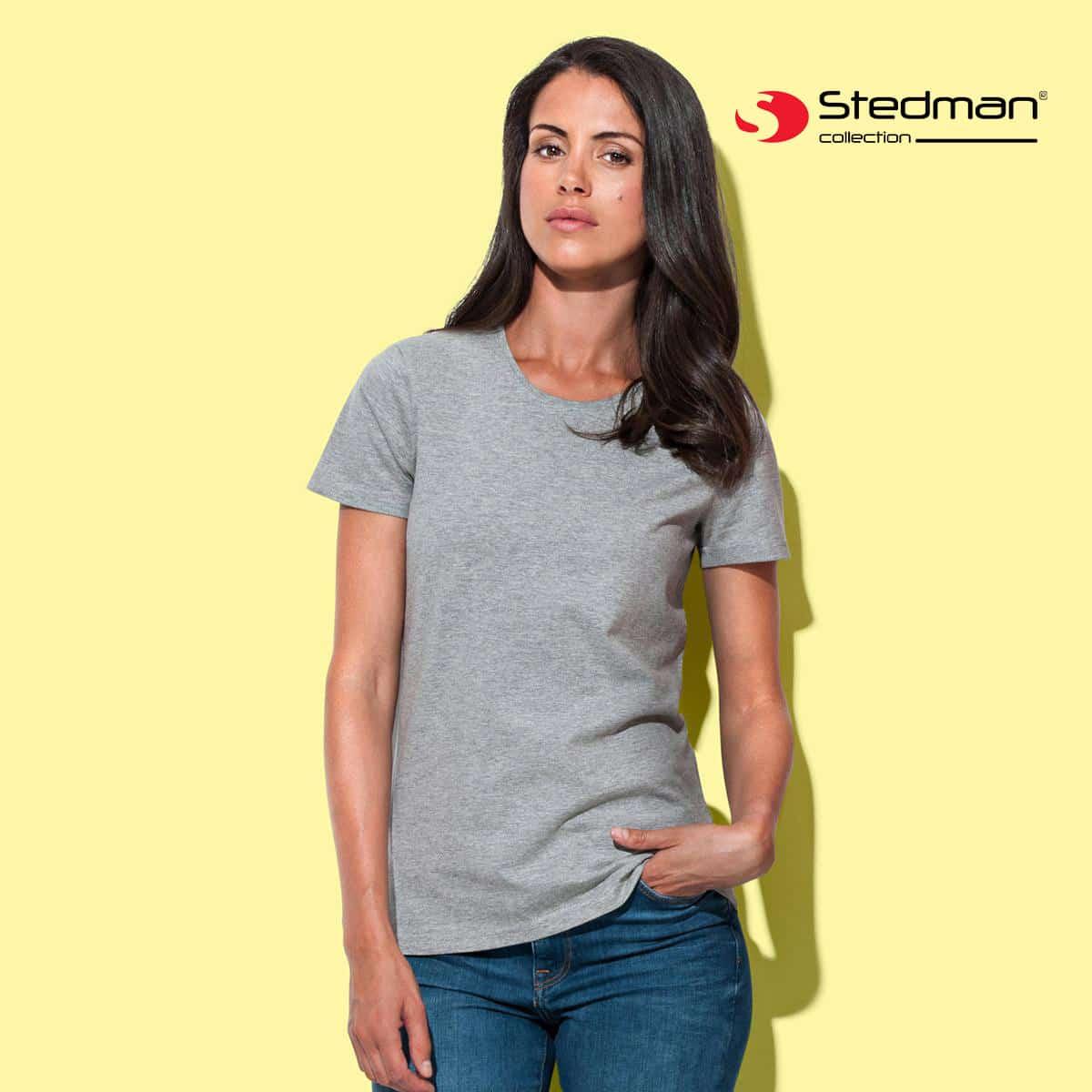 Ragazza che indossa tshirt manica corta grigio chiaro