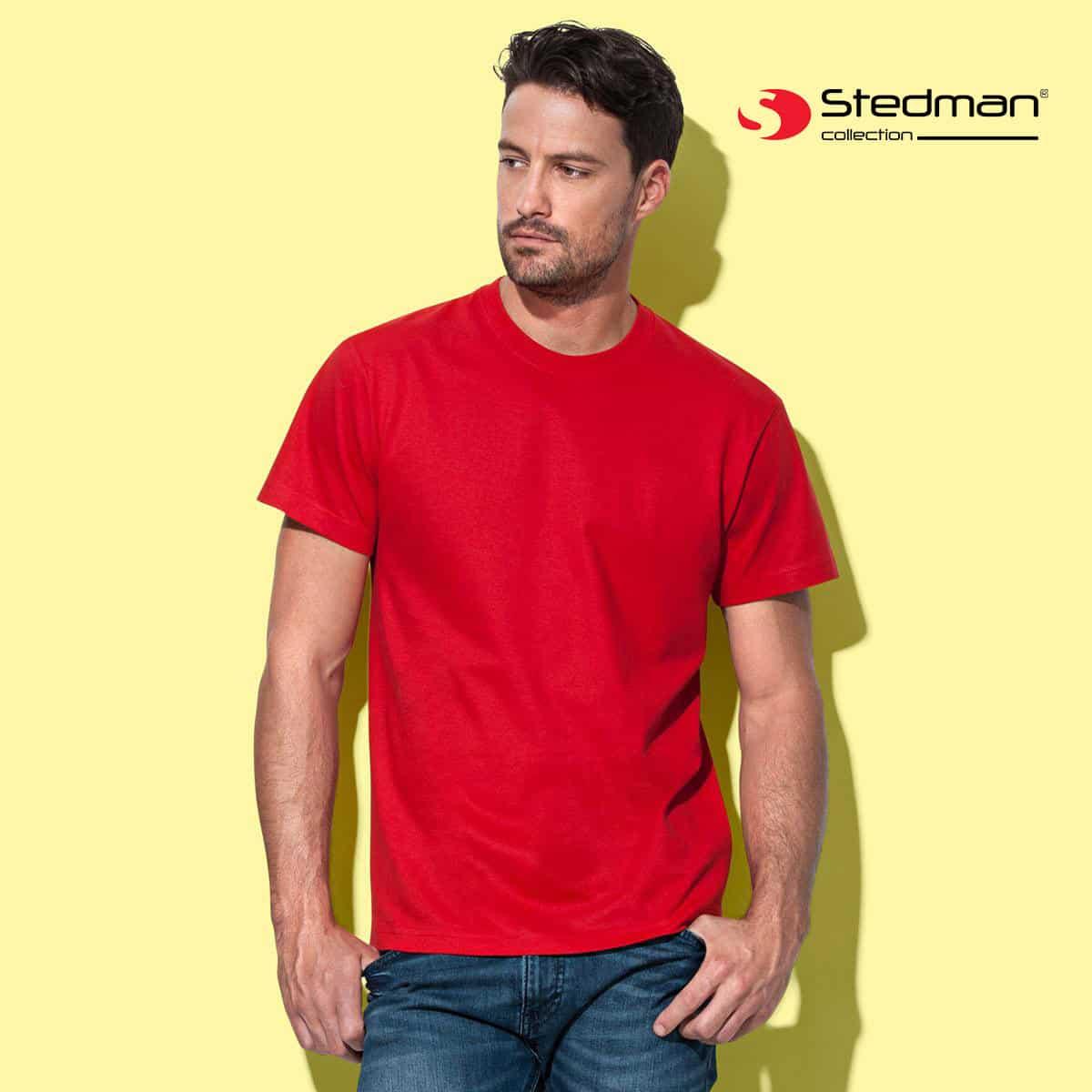 Uomo su sfondo giallo con tshirt rossa manica corta 100% cotone