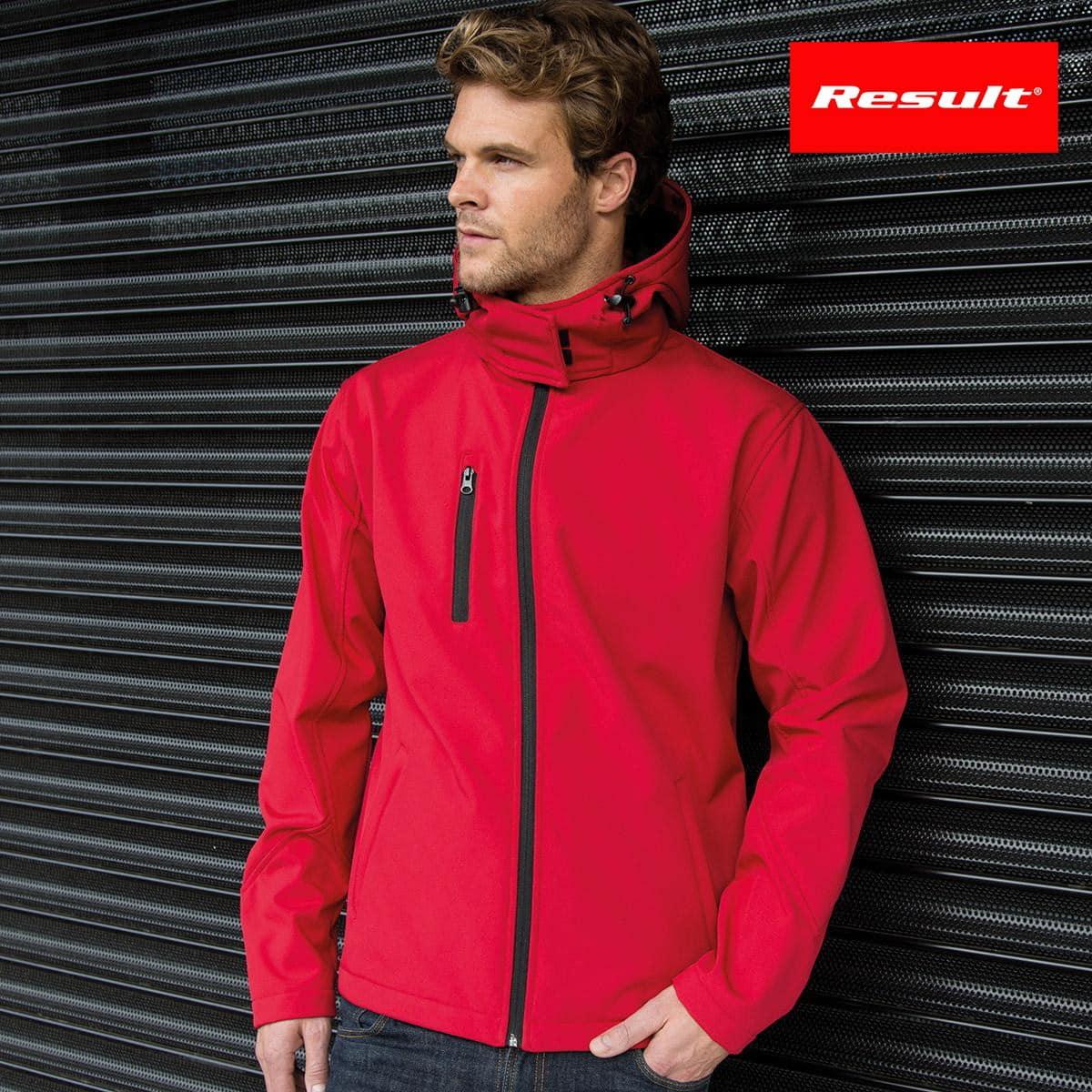 Uomo con giacca rossa traspirante e impermeabile con interno in micropile