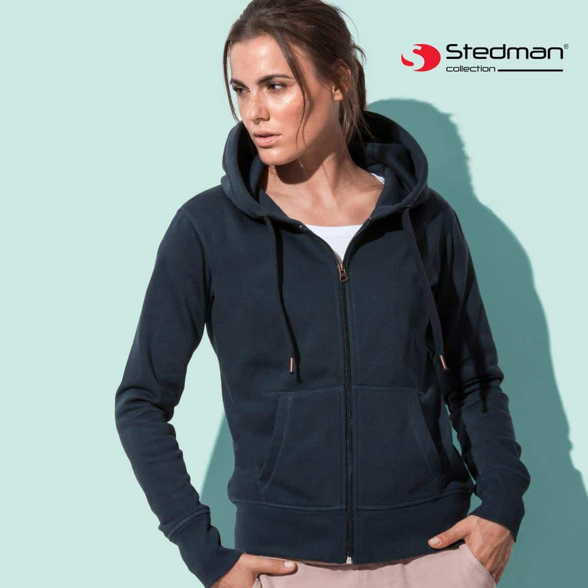 Donna con felpa blu scura in cotone con cappuccio, zip e due tasche a marsupio