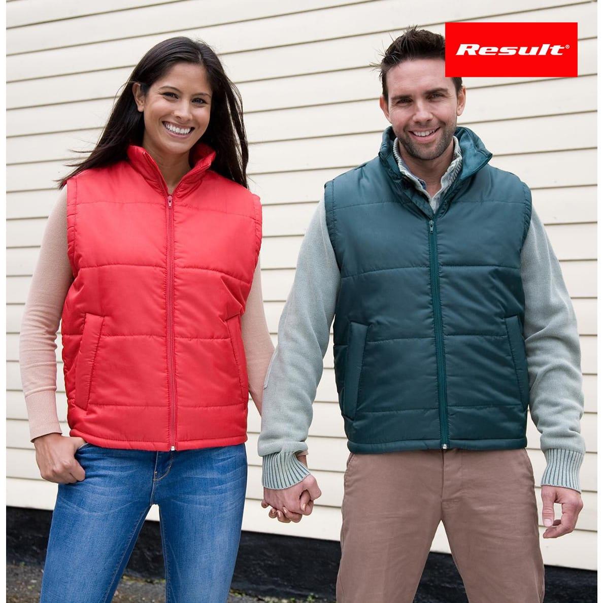 Ragazzo e ragazza che indossano smanicato unisex impermeabile rosso e verde con tasche frontali
